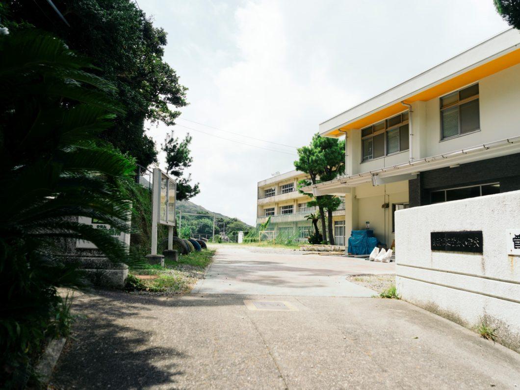 正門から見える菅島小学校