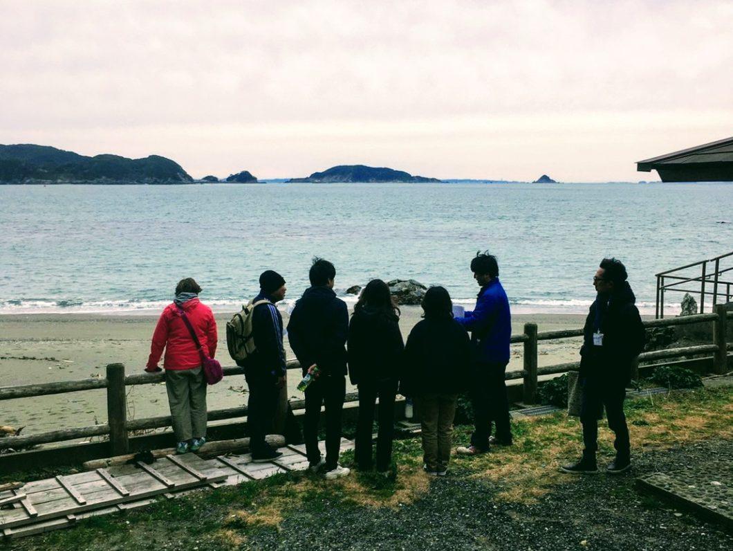 しろんご浜を望む海藻塾参加者とスタッフ