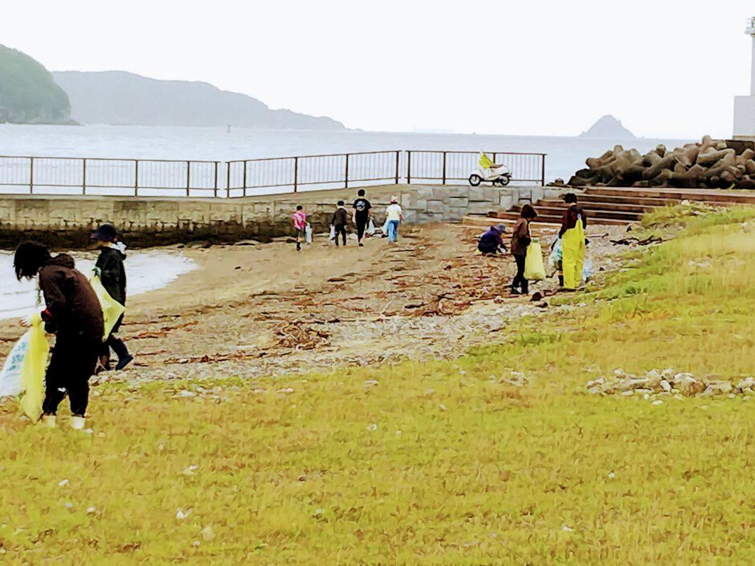菅島海浜清掃の日に人工島のごみ拾いをするPTAの皆さま