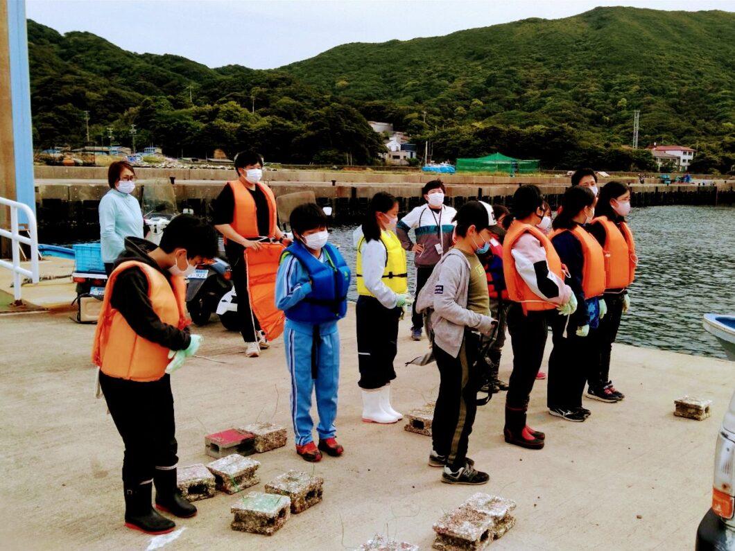 2021年菅島小学校藻場再生事業で先生の説明を聞く児童