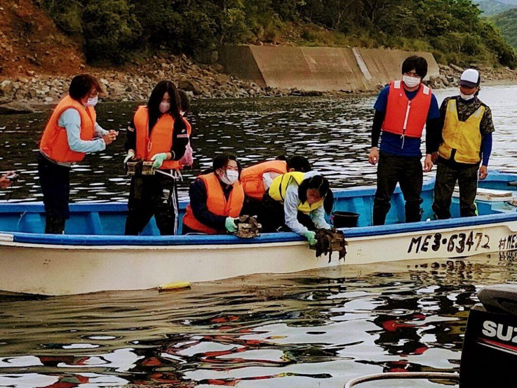 2021年菅島小学校藻場再生事業で苗を海に沈める作業の様子