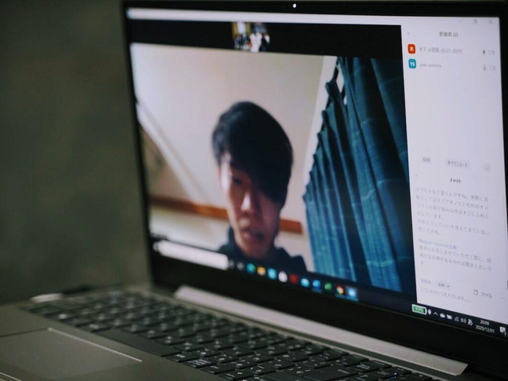 菅島の未来を考える会の会議に東京からオンラインで参加する横尾氏