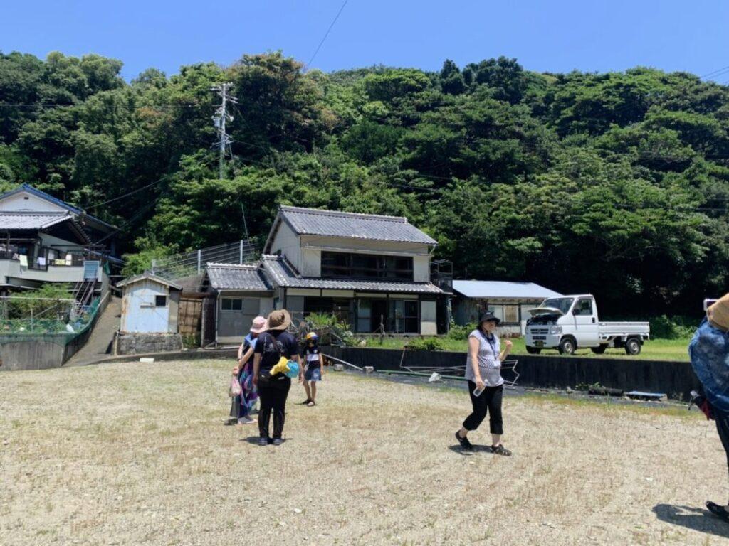 移住モデルハウスを見学する菅島お試し移住ツアー参加者