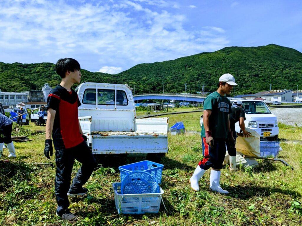 2021年菅島海浜清掃での協力隊横尾さん