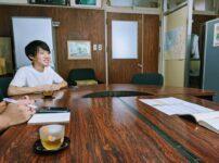 菅島小学校の校長室で校長先生と挨拶