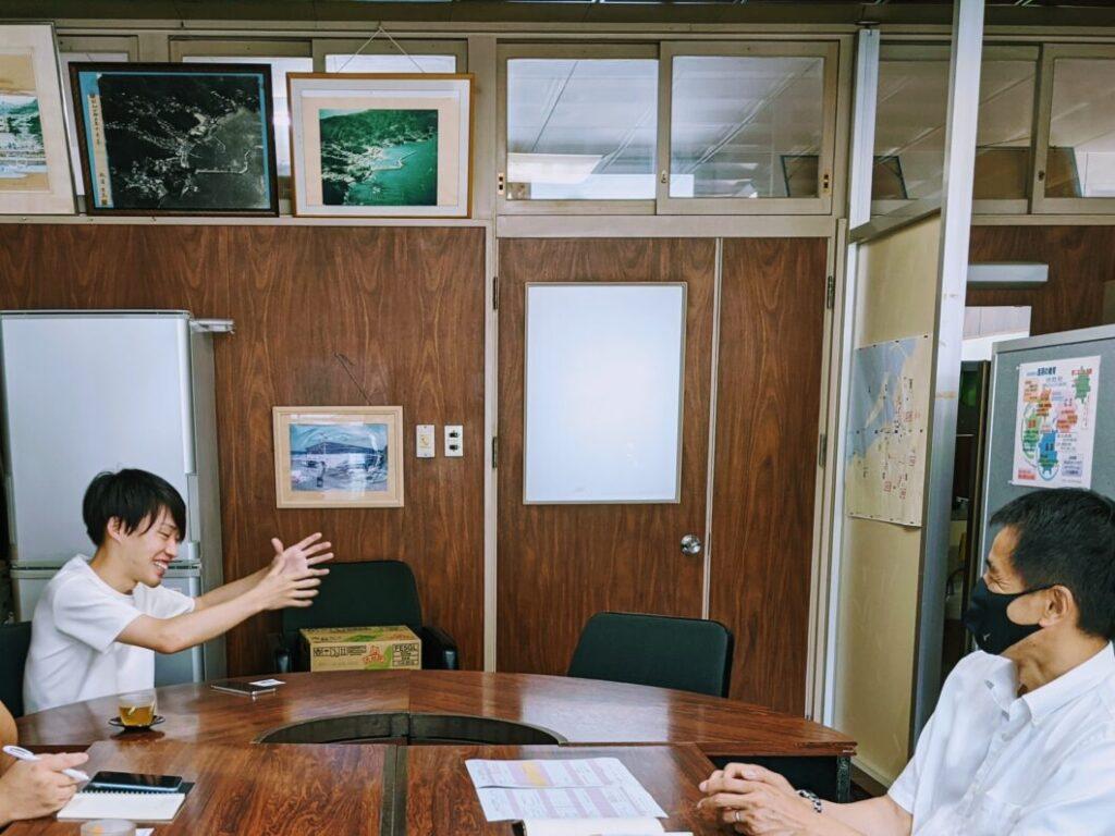 課外授業について校長先生に説明する横尾氏