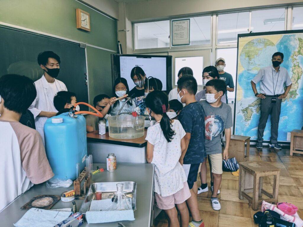 菅島夏休み理科実験教室の様子